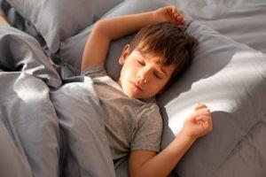подросток спит