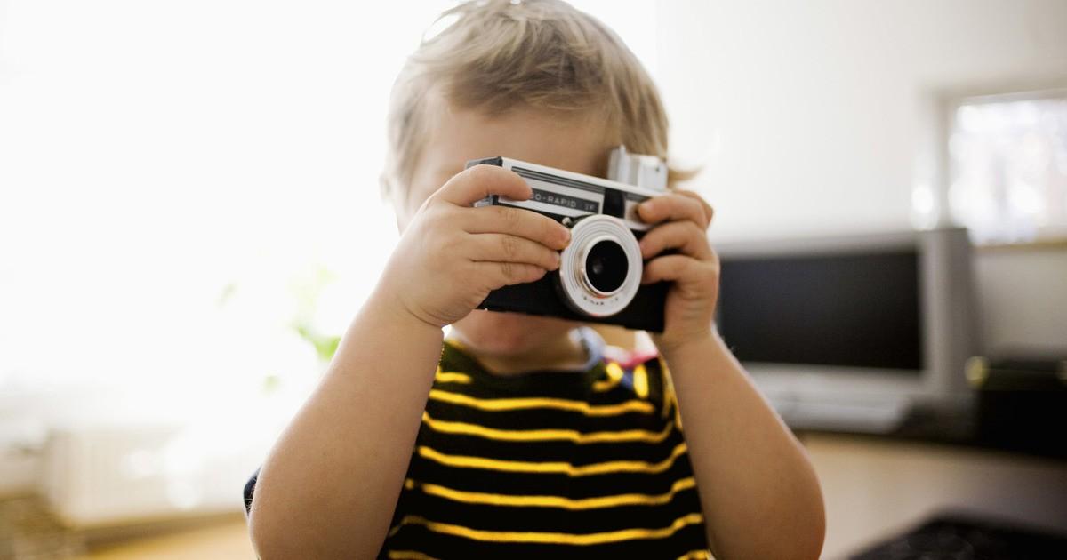 ребенок фотографирует
