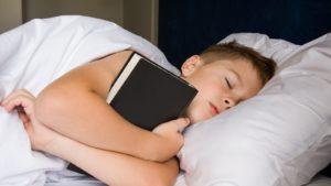 ребенок спит с книжкой