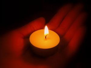 свеча на руке