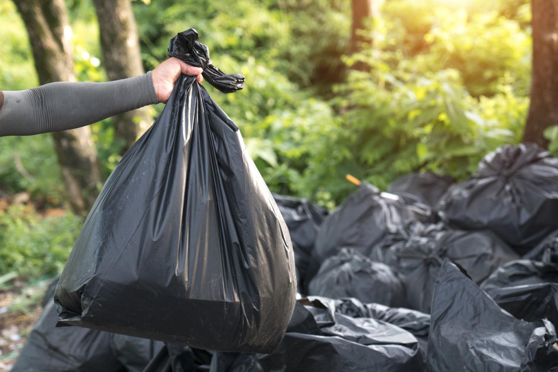 выкидывать мусор в бак