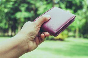 розовый кошелек в руках