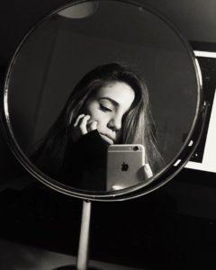 черно белая фотография с девушкой в зеркале