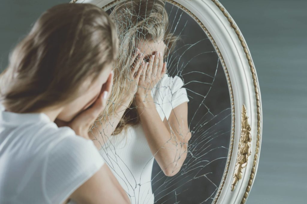девушка около разбитого зеркала