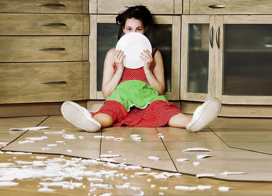 девушка сидит на полу и держит тарелку