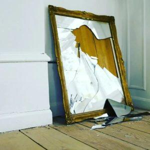 гримерное зеркало разбилось в помещении