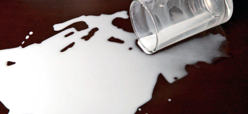 грязный от молока пустой стакан