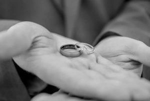 кольцо в руке девушки