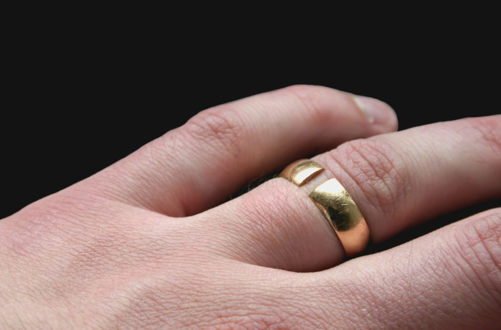 кольцо на пальце поломалось
