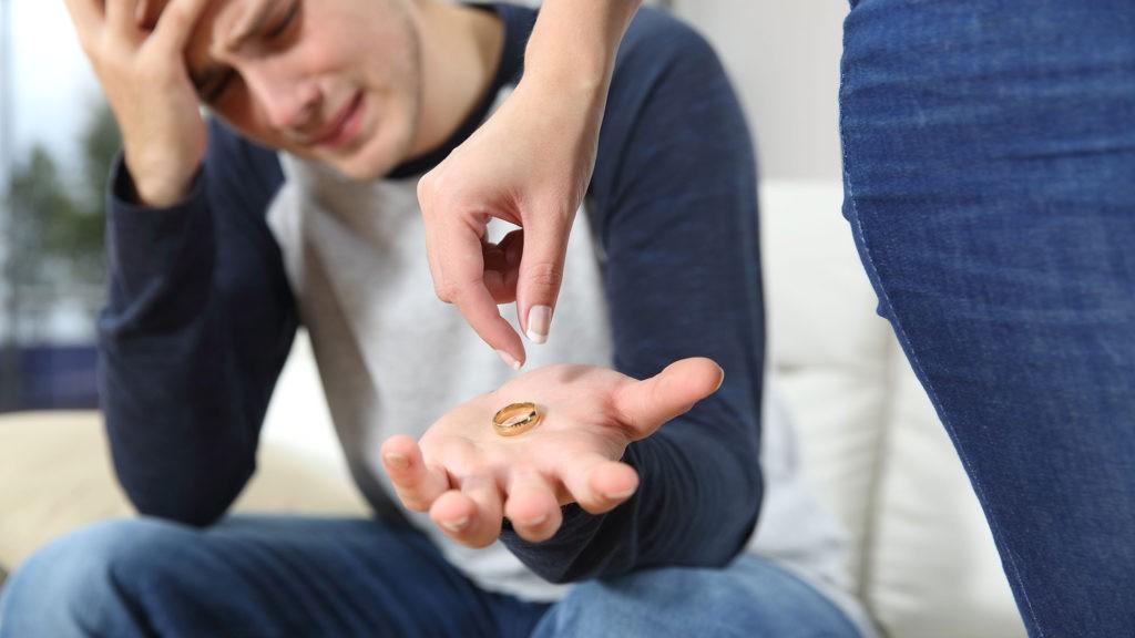 молодой человек с кольцом