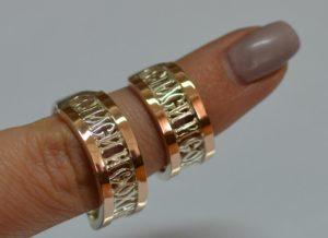 обручальные кольца на пальце