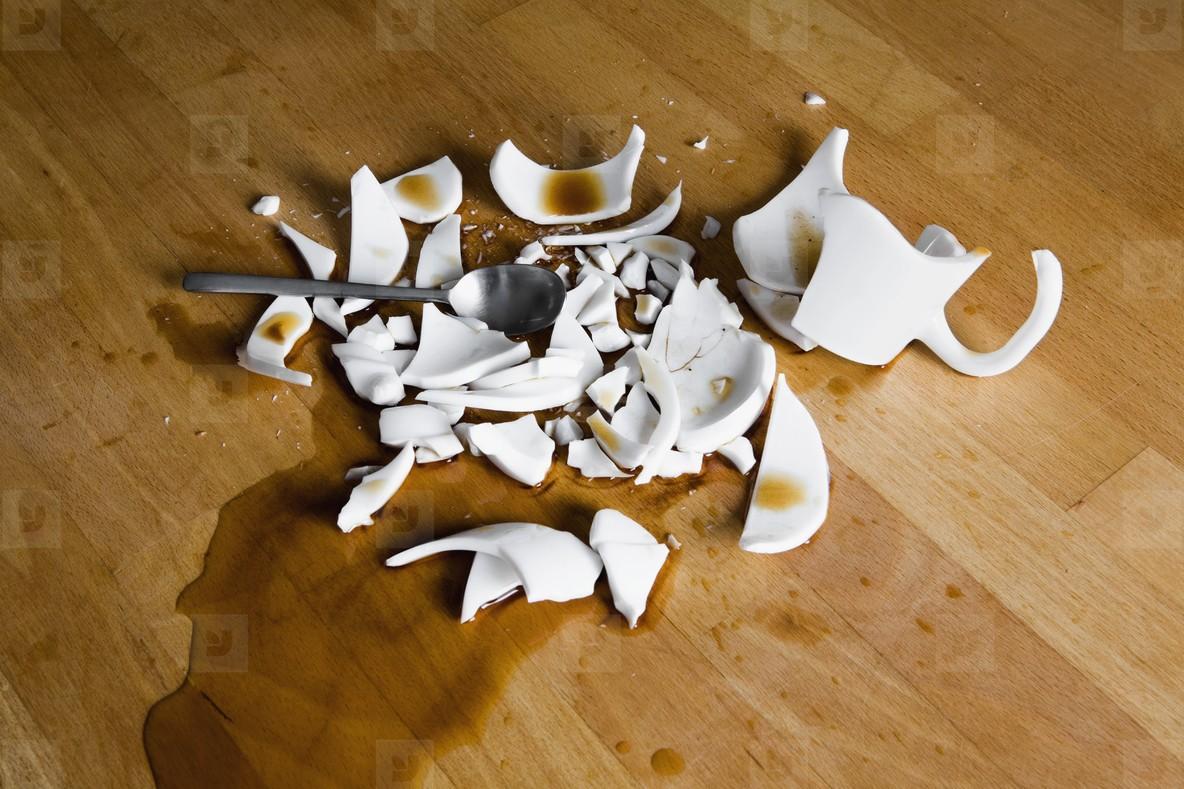 осколки от разбитой чашки с чаем