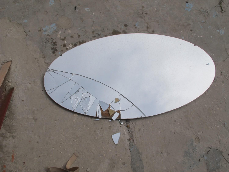 овальное зеркало на улице разбито