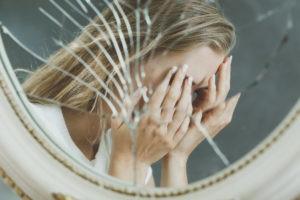 расстроенная девушка в зеркале
