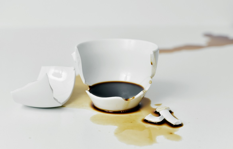 разбилась белая чашка