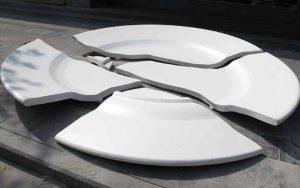 разбитая белая тарелка