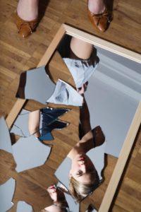 разбитое зеркало лежит на полу