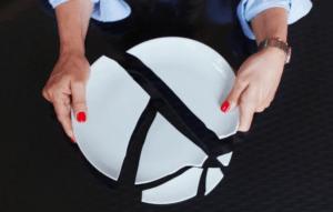 разбитая тарелка в руках девушки