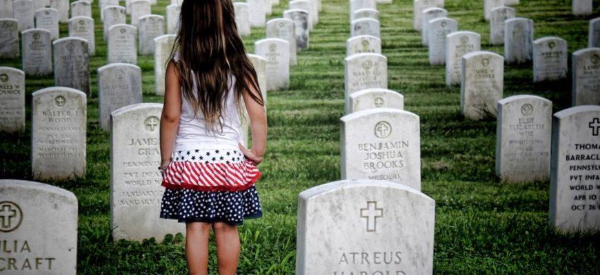 ребенок стоит на кладбище Америки