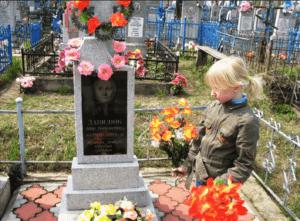 ребенок у могилы бабушки