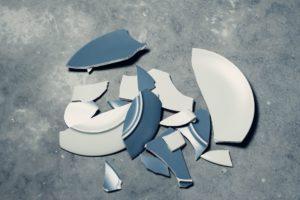 синяя разбитая тарелка на полу