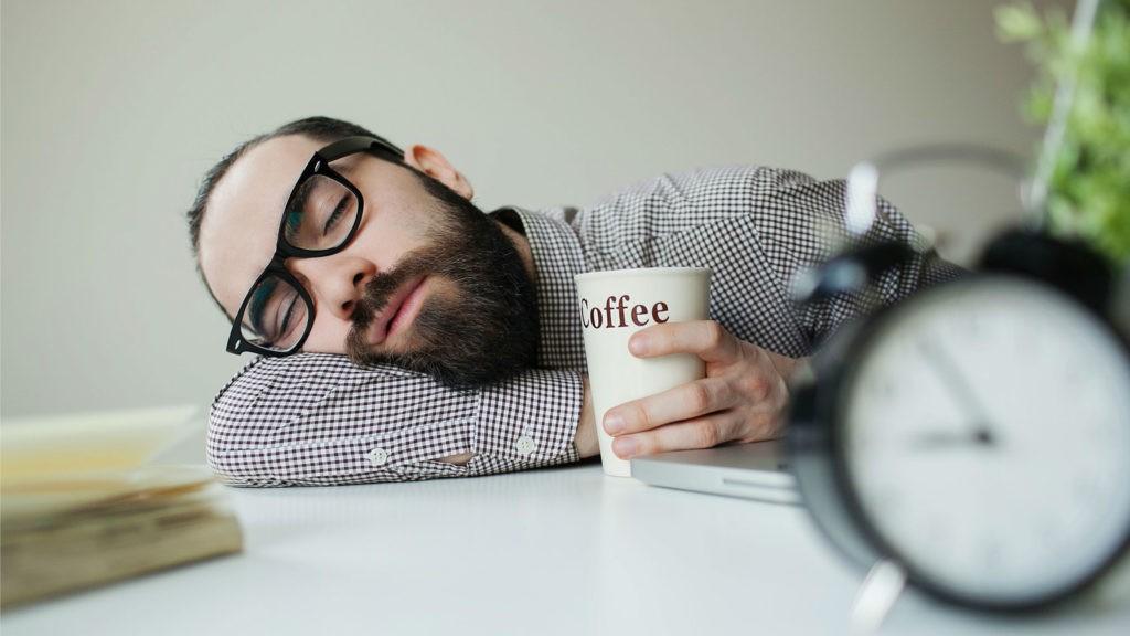 спящий человек с кофе