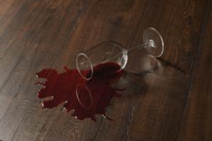 стакан для вина лежит на полу