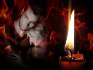 свеча на фоне пары молодых