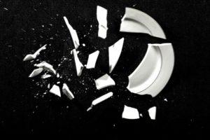 тарелка разбилось на черном фоне