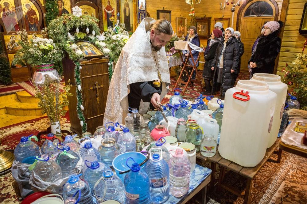 Вода в храме на освящении