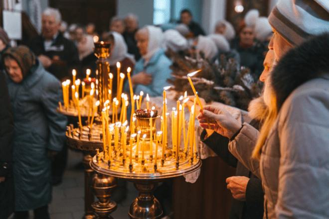 горит свеча в храме