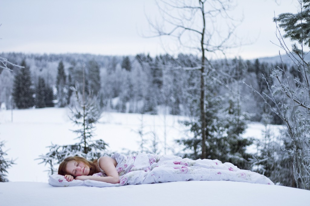 красивое фото спящей девушки зимой