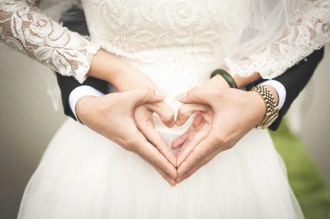 молодая пара на свадьбе