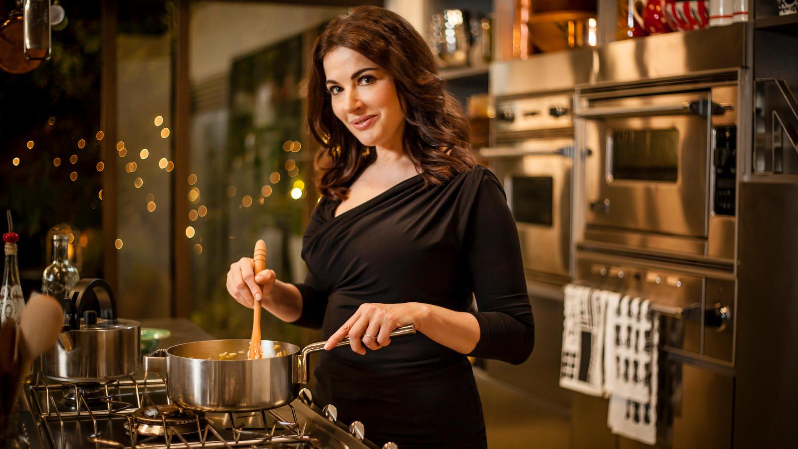 девушка готовит ужин
