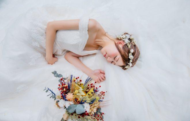 девушка в белом платье спит