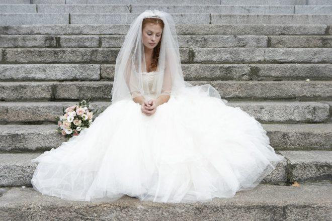 невеста сидит на ступеньках