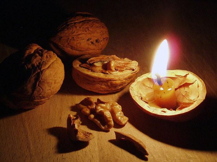 свеча в грецком орехе