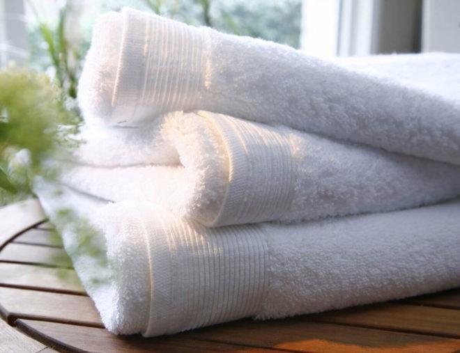 три белых полотенца